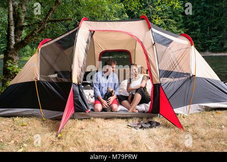 Eine Familie, sich in ihr Zelt entlang der Santiam River in Oregon. - Stockfoto