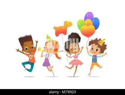 Aufgeregt multirassischen Jungen und Mädchen mit den Ballons und Geburtstag Hüte glücklich mit ihren Händen springen. - Stockfoto