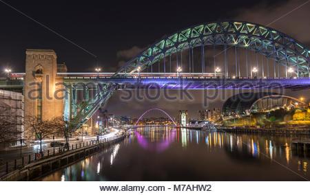 Tyne Bridge über den Fluss Tyne zwischen Newcastle und Gateshead bei Nacht - Stockfoto