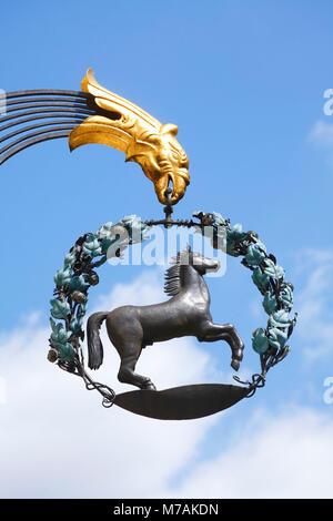 Alte Schilder mit Pferd, Altstadt, Augsburg, Schwaben, Bayern, Deutschland, Europa - Stockfoto