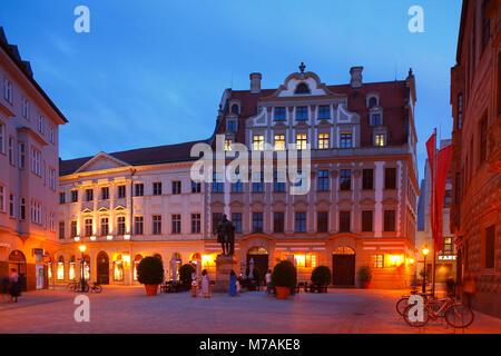 Fuggerplatz (Quadrat), Monument der Fugger, Stadthaus, Köpfhaus bei Dämmerung, Altstadt, Augsburg, Schwaben, Bayern, - Stockfoto