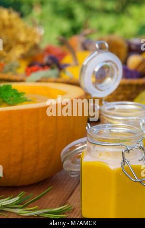 Kürbis Suppe in der unteren Hälfte einen Kürbis - Stockfoto