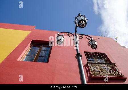 Zu bunten Häuserfassaden mit Straßenlaterne in lebendigen Caminito, Buenos Aires, Argentinien - Stockfoto