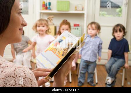 Weibliche Lehrer unterrichten ihre Schüler in einem Klassenzimmer