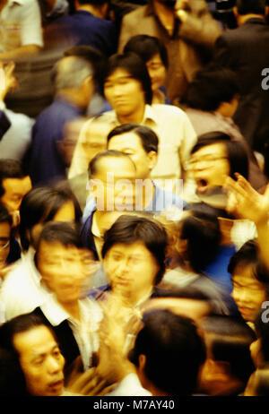 Gruppe von Menschen in eine Börse, Hongkong, China - Stockfoto