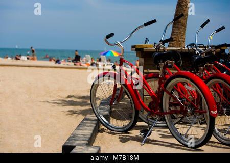 Fahrräder auf der Strand, Oak Street Beach, 1000 North Lake Shore Drive, Chicago, Illinois, USA - Stockfoto