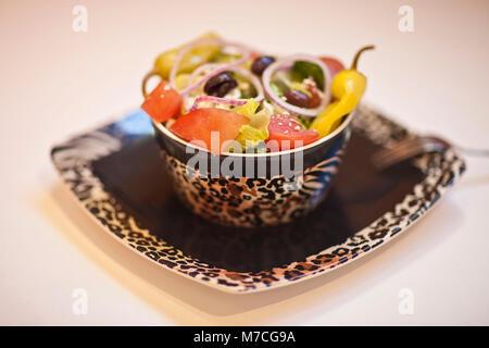 Nahaufnahme von einem Salat mit Paprika und Oliven - Stockfoto