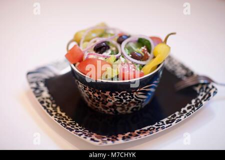 Nahaufnahme von einem Salat mit Paprika und Oliven
