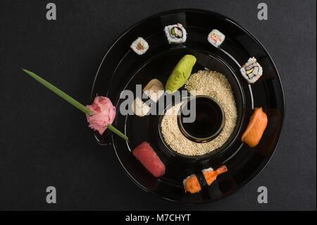 Nahaufnahme der verschiedenen Sushi in einer Platte - Stockfoto