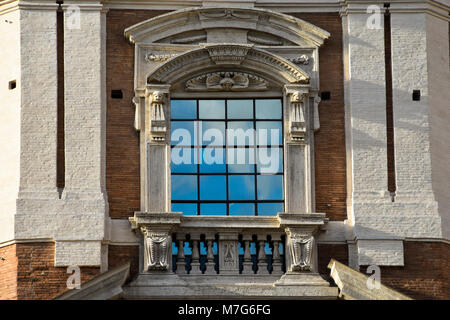 Fenster der Kirche von Santa Maria di Loreto. Rom, Italien - Stockfoto