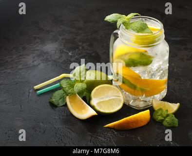 Mineralwasser mit Zitrone, Limette und Minze. Detox. Diät. Erfrischendes Getränk. Selektiver Fokus - Stockfoto