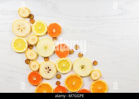 Natürlicher grüner Apfel und verschiedenen farbigen Pillen auf ...