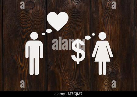 Papier, Paar, Liebe vs Geld. Holz- Hintergrund. Abstrakte konzeptuelle Bild - Stockfoto