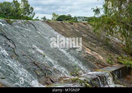 Das Wehr in der Nähe von Riverview Taverne in Douglas mit Wasser über die fließende, Townsville, Queensland, Australien - Stockfoto