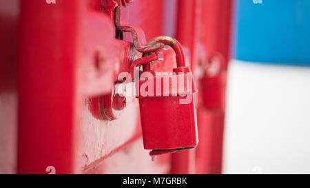 Rote Taste Lock auf einen Container - Stockfoto