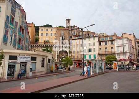 Bunt bemalten Bus Station (Gare de Autobus) an der alten Stadt Le Suquet, Cannes, Côte d'Azur, Südfrankreich, Frankreich, - Stockfoto