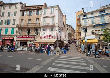 Cafés und Souvenirläden an der alten Stadt Le Suquet, Cannes, Côte d'Azur, Südfrankreich, Frankreich, Europa - Stockfoto