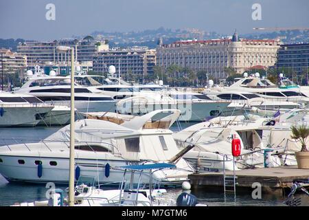 """Luxus Yachten in der Marina, im Hintergrund das Luxushotel """"Hotel Carlton Intercontinental, Cannes, Côte d'Azur, - Stockfoto"""