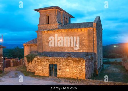 Landschaft mit Kirche das romanische Kloster von San Miguel - 12. Jahrhundert, Eire, Lugo Provinz, Region Galizien, - Stockfoto