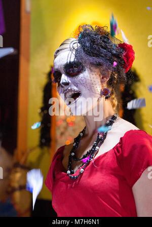 Dame der Toten, La Calavera Catrina, kleidete sich für Tag der Toten Día de Muertos, ein mexikanischer nationaler - Stockfoto