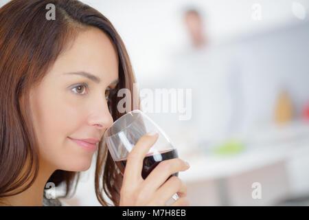 Lady Wertschätzung der Blumenstrauß aus roten Wein - Stockfoto