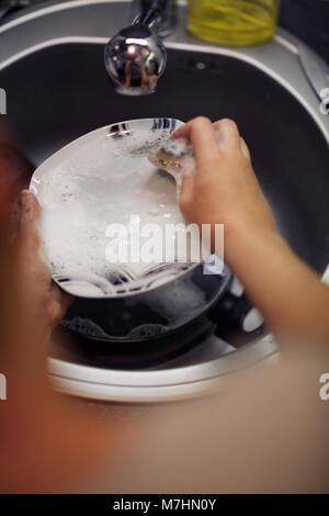 Gewaschen Gerichte - Begriff der jungen Frau den Abwasch in der Küche - Stockfoto