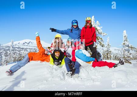 Winterurlaub im Skigebiet. Freunde haben Spaß - Stockfoto
