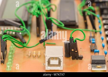 Nahaufnahme eines selbst-Leiterplatte mit Mikrocontroller gemacht - Stockfoto