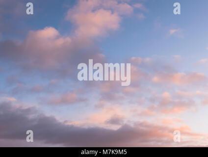 Bunte, ruhige Himmel und Cloud Hintergrund von Lyme Regis fotografiert auf der Jurassic Coast, Dorset, Großbritannien. - Stockfoto