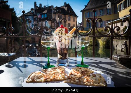Traditionelle lokale Pizza mit Wein und Dessert in einem Cafe im Freien. Essen und Wein am Tisch auf der Terrasse - Stockfoto