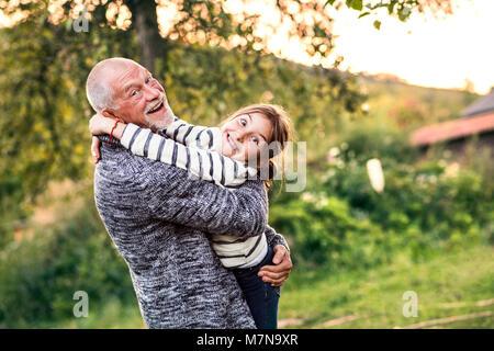 Großvater und seine Enkelin eine Umarmung. - Stockfoto