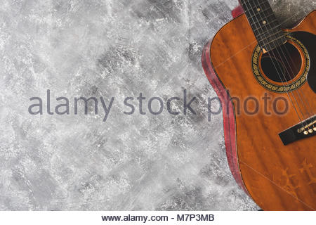 Blick von oben auf die Gitarre auf grunge Hintergrund, Freier Platz für Text - Stockfoto