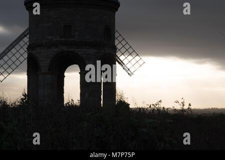 Ealrly morgen Blick durch Chesterton Windmill in Warwickshire, Großbritannien mit Sonne durch die Segel brechen - Stockfoto