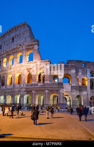Kolosseum bei Nacht in Rom, Italien - Stockfoto