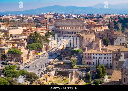 Das Kolosseum in Rom als aus der Luft gesehen - Stockfoto