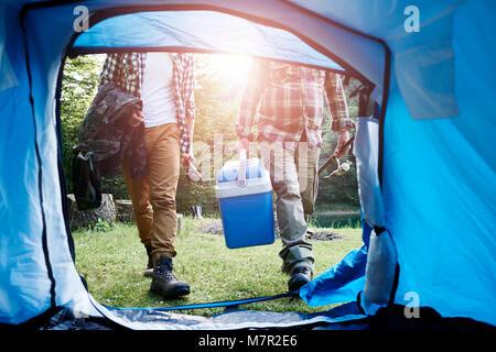 Nicht erkennbare Fischer camping am Wald - Stockfoto