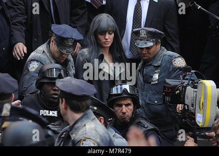 NEW YORK - 18. März: Schauspielerin Angelina Jolie (C) Filme eine Szene auf die 'Salz' Film in Midtown Manhattan - Stockfoto