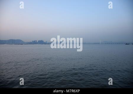 Shenzhen Bay und die Skyline von New Territories, Hong Kong