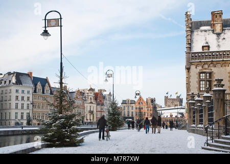 Gent, Belgien - 18. Dezember 2010. Touristen entlang der Graslei im Winter im Zentrum von Gent, Belgien. - Stockfoto