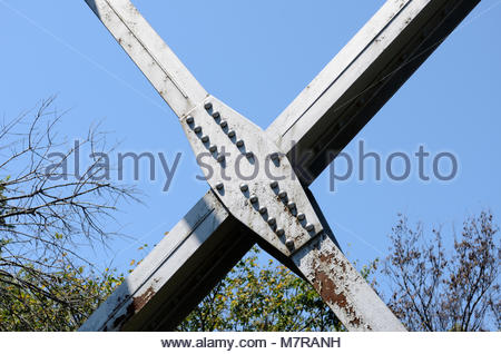 Versteifungsplatte auf ehemaligen Eisenbahnbrücke. Knotenbleche sind auf genietet truss Bridges gefunden. Hinweis - Stockfoto