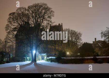 Christ Church College Gebäude von merton Spaziergang im Schnee am frühen Morgen vor der Morgendämmerung. Oxford, - Stockfoto