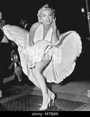 MARILYN MONROE (1926-1962), US-amerikanische Schauspielerin nimmt die u-bahn Gitter Rock heben Szene für das verflixte - Stockfoto