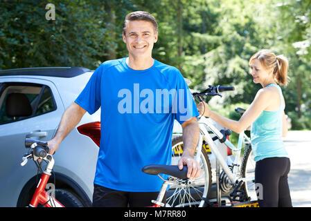 Reifen Sie paar Einnahme Mountainbikes von Rack auf Auto - Stockfoto
