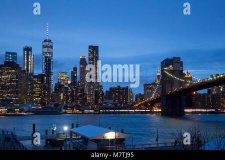 Die Lower Manhattan Skyline und die Brooklyn Bridge über den East River von Dumbo Brooklyn bei Nacht