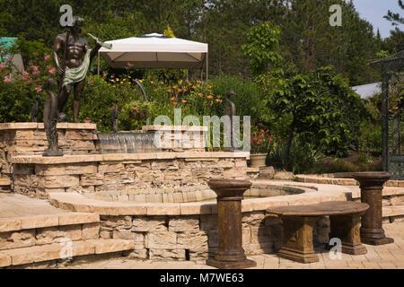 Hellbraune Stein Terrasse Mit Wasserfall Brunnen Und Getonte Zement