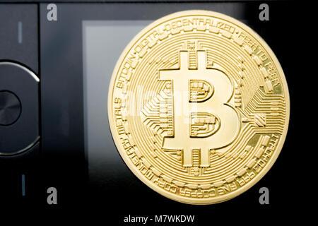 Konzeptionelle Bild. Bitcoin Kreditkarte Telefon. Die Investitionen der Begriff der finanziellen Internet Technologie - Stockfoto