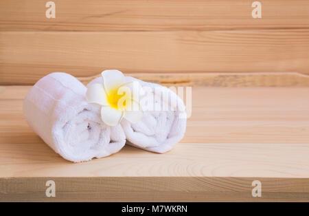 Spa mit Handtücher aus Baumwolle und plumeria auf hölzernen Hintergrund - Stockfoto