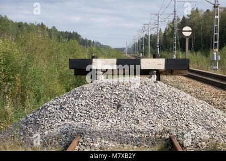 Holz- Prellbock mit roten Stoppschild Ende schienen Konzept für Limit, Beschränkung Beschränkung Grenze, verboten, - Stockfoto