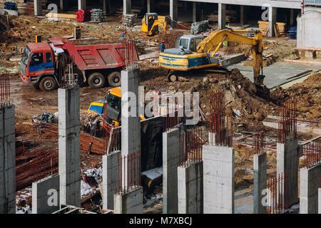 Maschinen und Bulldozer mit Boden- und Strahl in Gebäude contstruction Website auf dem Hintergrund der schmutzigen - Stockfoto