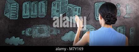 Das zusammengesetzte Bild der Rückseite des Geschäftsfrau mit Haaren mit Hilfe der unsichtbaren Schnittstelle bun - Stockfoto